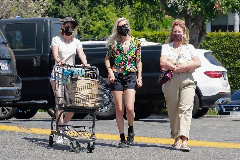 Kristen Stewart 2021 : Kristen Stewart – Witrh Dylan Meyer shopping at Gelsons in Los Feliz-03