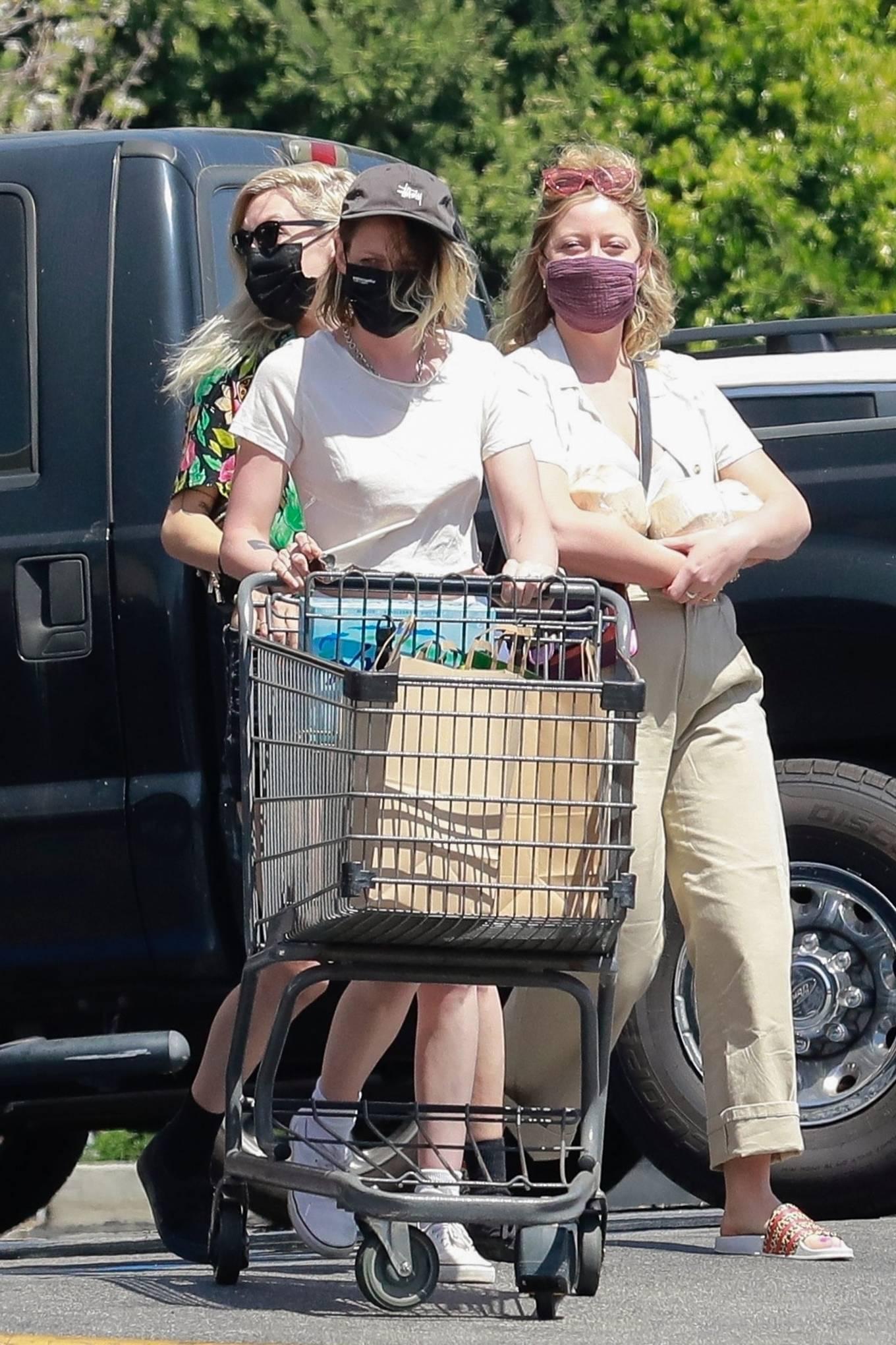 Kristen Stewart 2021 : Kristen Stewart – Witrh Dylan Meyer shopping at Gelsons in Los Feliz-04
