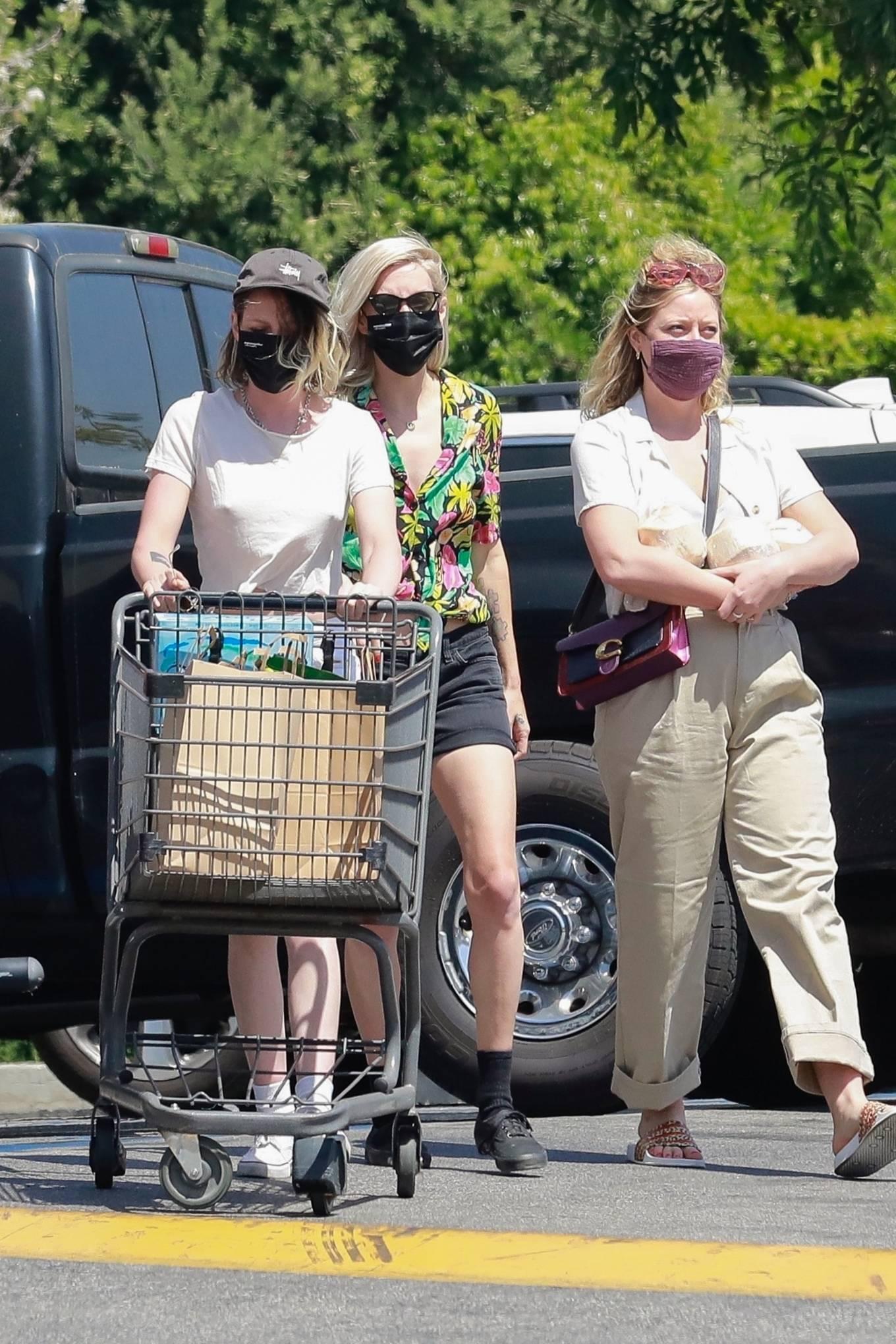 Kristen Stewart 2021 : Kristen Stewart – Witrh Dylan Meyer shopping at Gelsons in Los Feliz-05