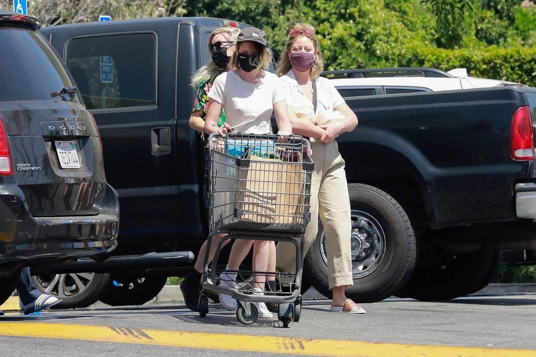 Kristen Stewart 2021 : Kristen Stewart – Witrh Dylan Meyer shopping at Gelsons in Los Feliz-07