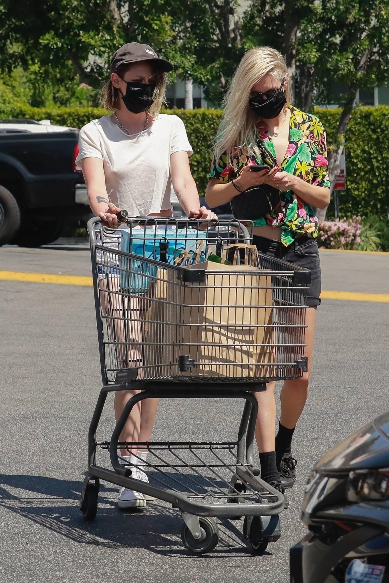 Kristen Stewart 2021 : Kristen Stewart – Witrh Dylan Meyer shopping at Gelsons in Los Feliz-09