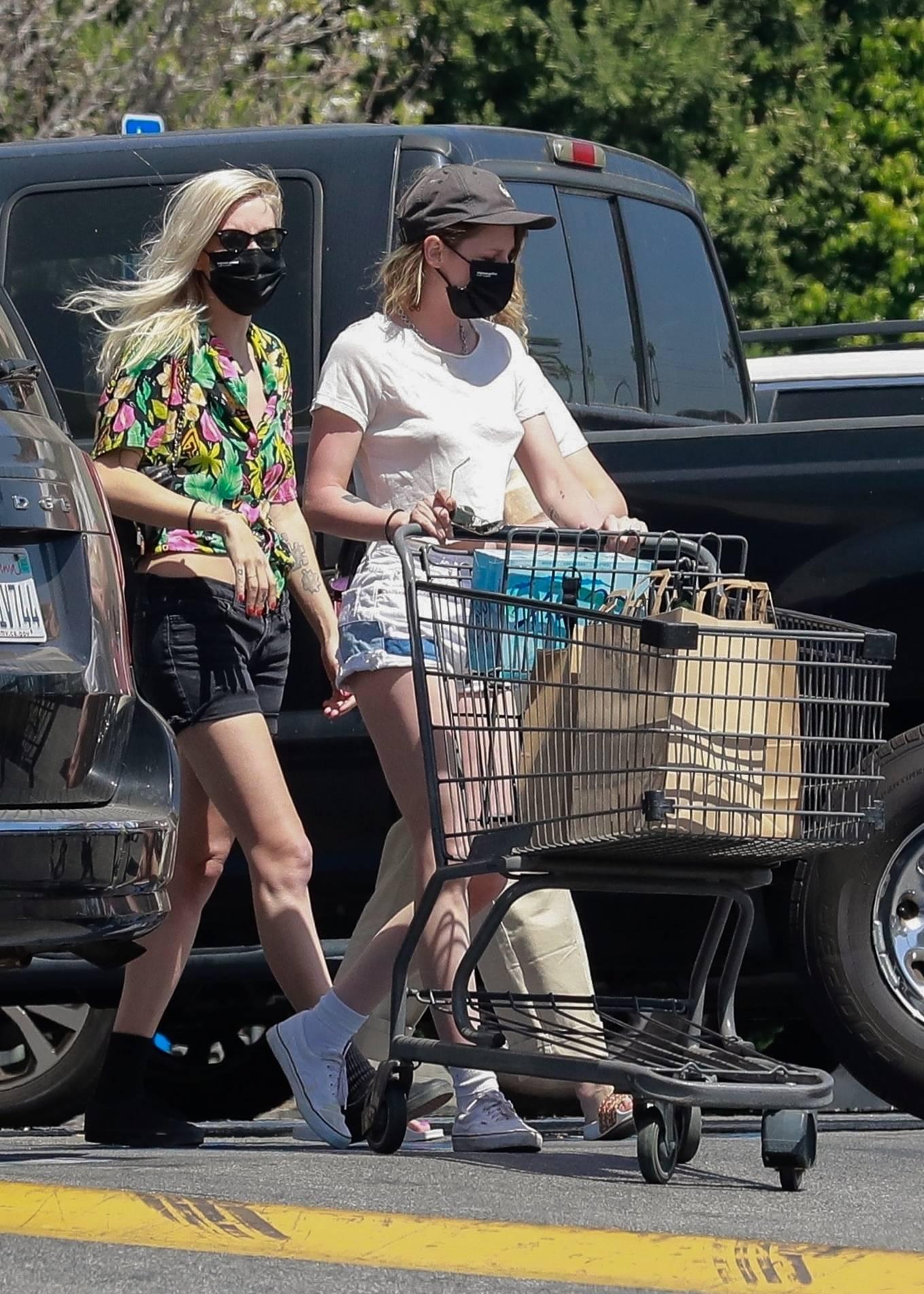 Kristen Stewart 2021 : Kristen Stewart – Witrh Dylan Meyer shopping at Gelsons in Los Feliz-10