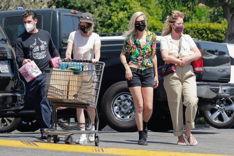 Kristen Stewart 2021 : Kristen Stewart – Witrh Dylan Meyer shopping at Gelsons in Los Feliz-12