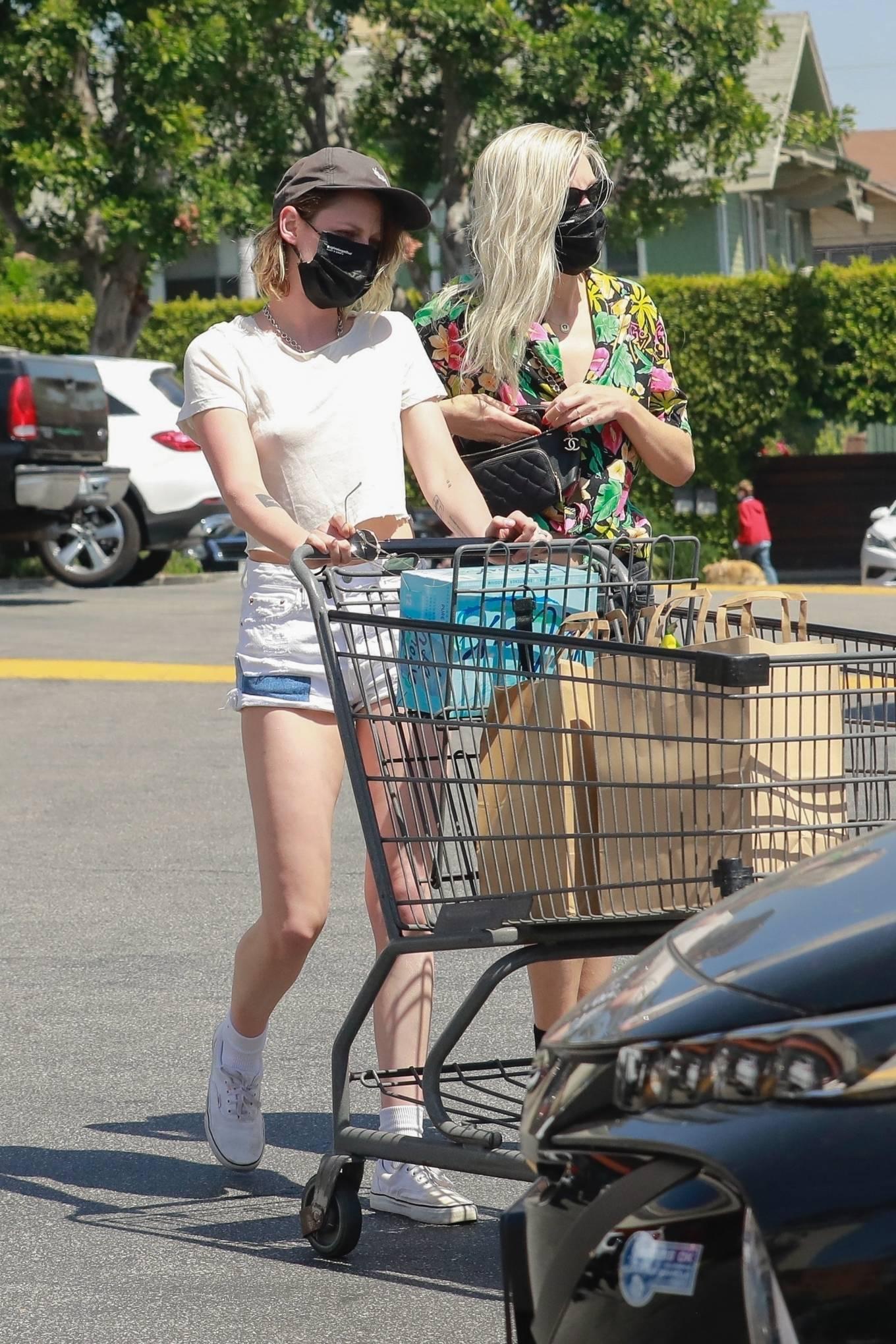 Kristen Stewart 2021 : Kristen Stewart – Witrh Dylan Meyer shopping at Gelsons in Los Feliz-13
