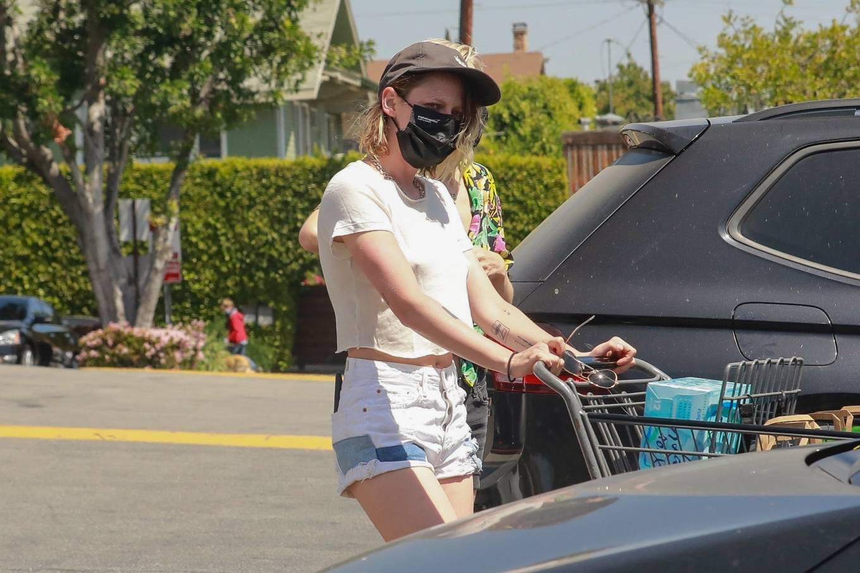 Kristen Stewart 2021 : Kristen Stewart – Witrh Dylan Meyer shopping at Gelsons in Los Feliz-15
