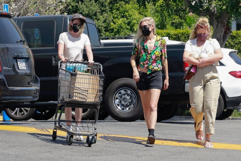 Kristen Stewart 2021 : Kristen Stewart – Witrh Dylan Meyer shopping at Gelsons in Los Feliz-17