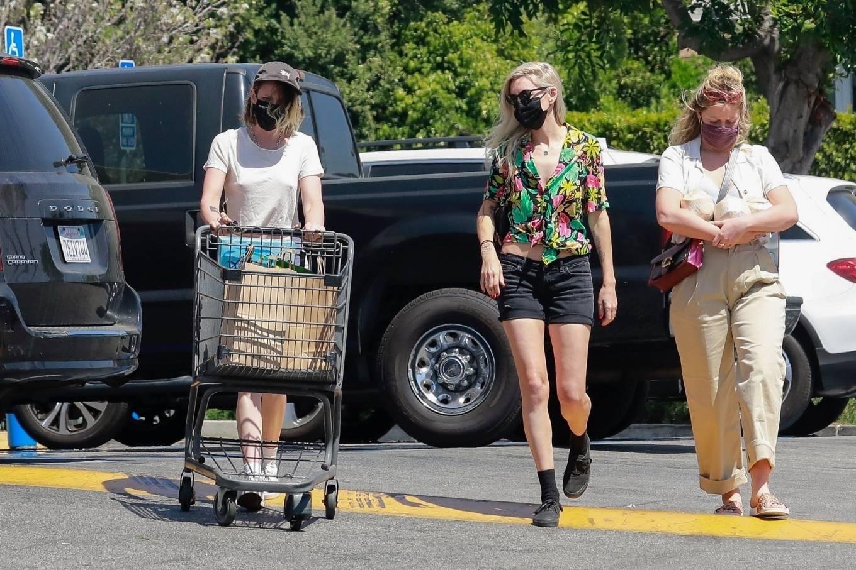 Kristen Stewart 2021 : Kristen Stewart – Witrh Dylan Meyer shopping at Gelsons in Los Feliz-18