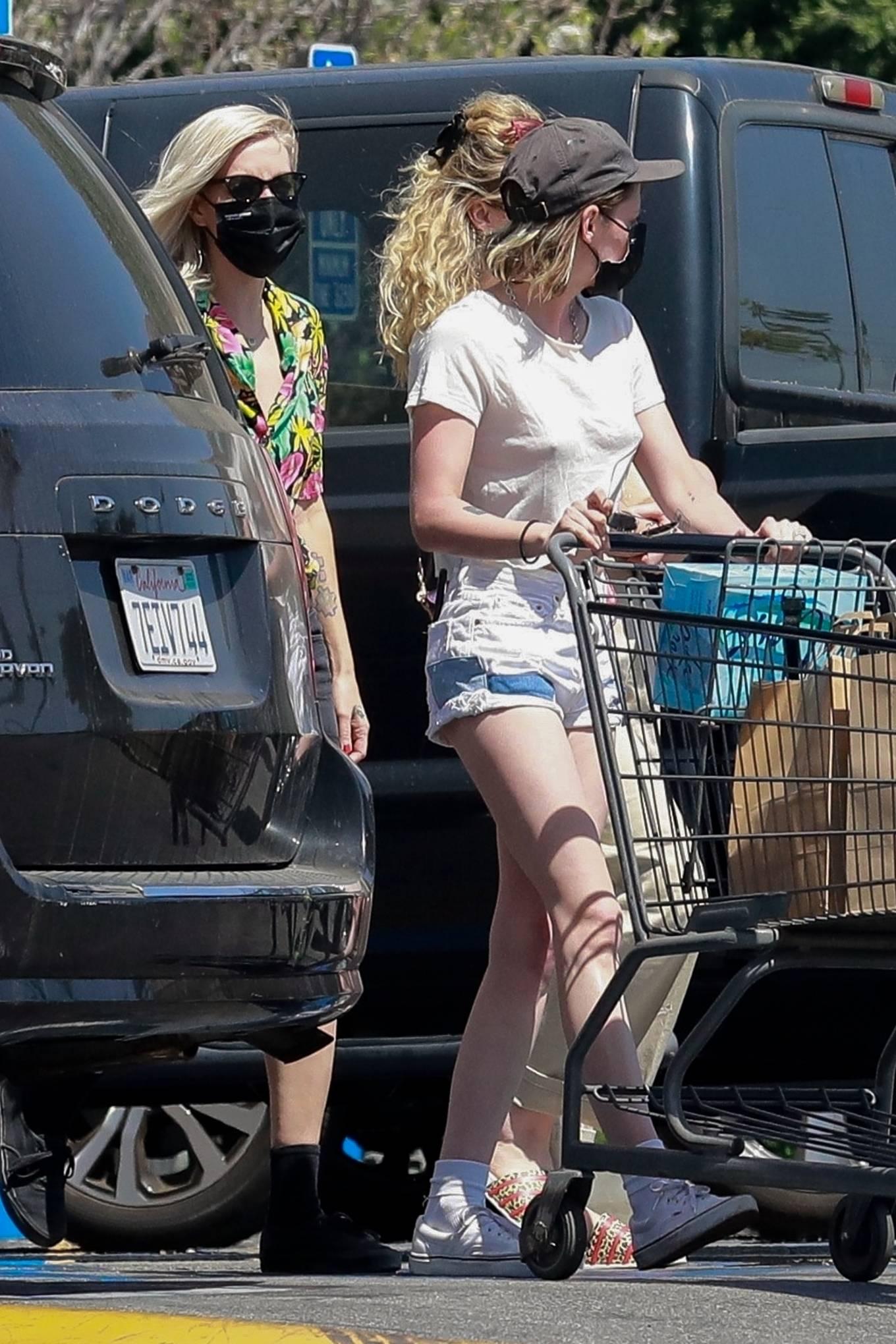 Kristen Stewart 2021 : Kristen Stewart – Witrh Dylan Meyer shopping at Gelsons in Los Feliz-20