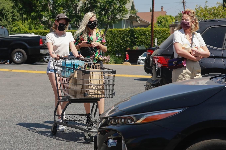 Kristen Stewart 2021 : Kristen Stewart – Witrh Dylan Meyer shopping at Gelsons in Los Feliz-22
