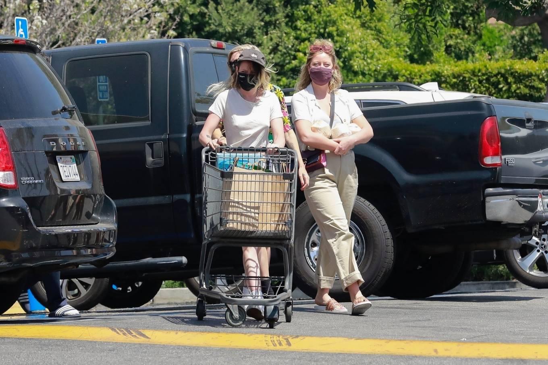 Kristen Stewart 2021 : Kristen Stewart – Witrh Dylan Meyer shopping at Gelsons in Los Feliz-23