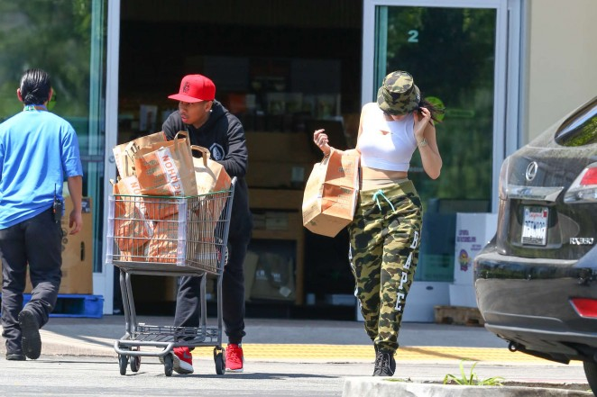 Kylie Jenner: Grocery shopping -01