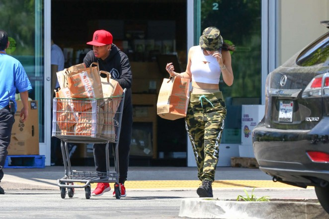 Kylie Jenner: Grocery shopping -06