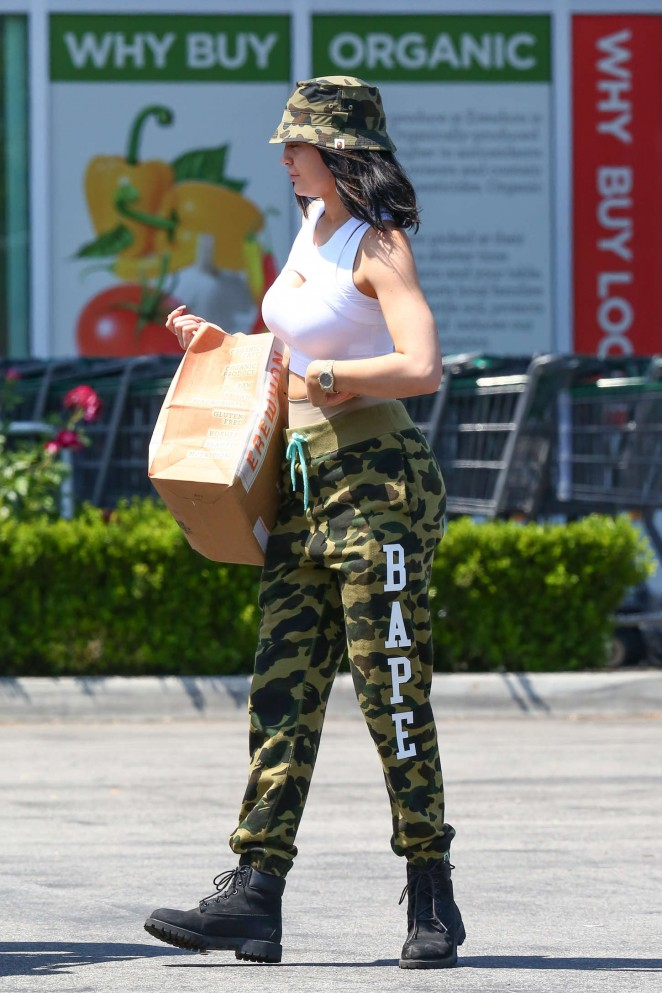 Kylie Jenner: Grocery shopping -08