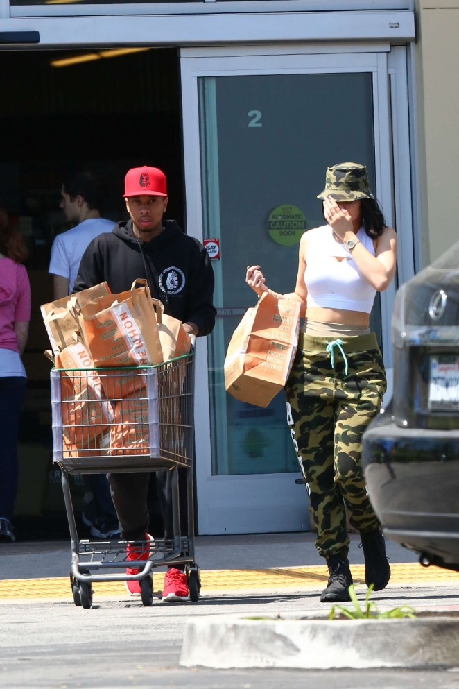 Kylie Jenner: Grocery shopping -09
