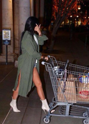 Kylie Jenner - Shopping at Ralph's Grocery Market in Calabasas