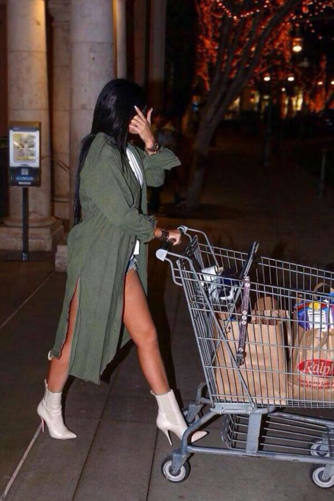 Kylie Jenner – Shopping at Ralph's Grocery Market in Calabasas