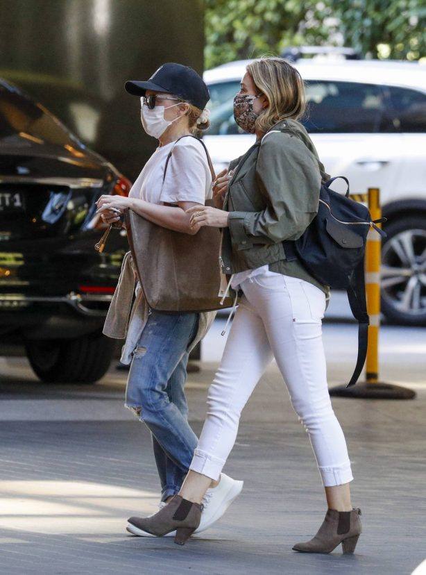 Kylie Minogue and Dannii Minogue - Seen out together in Melbourne