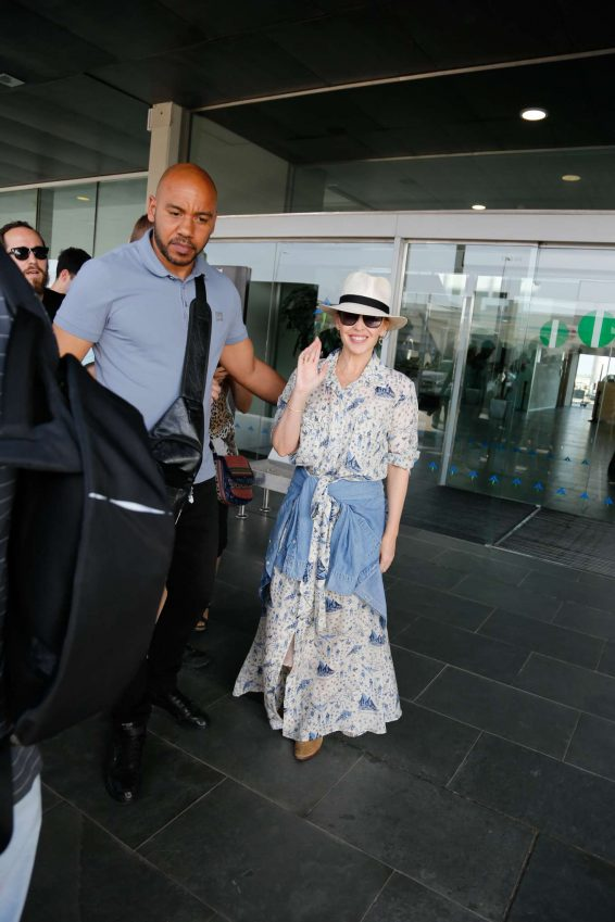 Kylie Minogue – Arriving in Barcelona-03