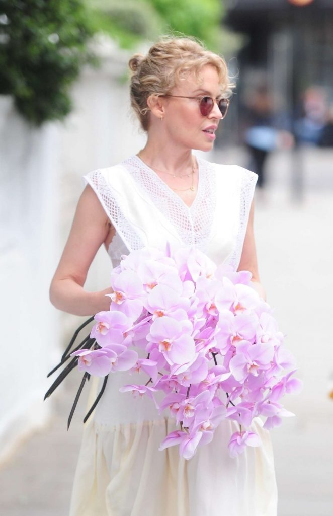 Kylie Minogue – Leaving her house in London