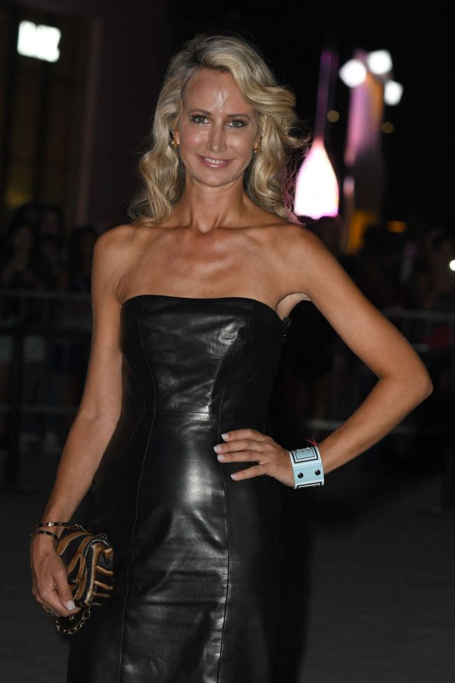 Lady Victoria Hervey - Arriving at the Versace Fashion Show in Milan