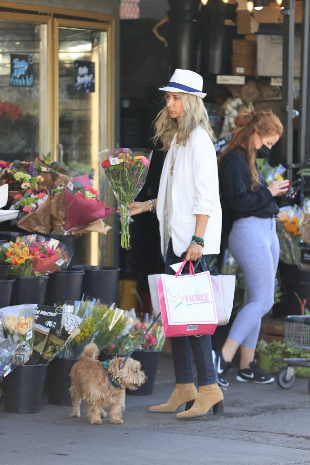 Lady Victoria Hervey - Buys flowers at Bristol farms in Los Angeles