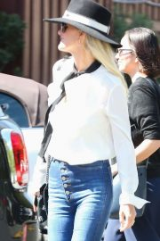 Laeticia Hallyday - Shopping at Brentwood Country Mart