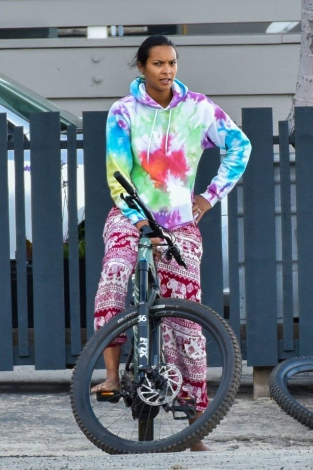 Lais Ribeiro - Goes out for a bicycle ride with her fiance in Malibu