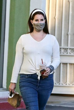 Lana Del Rey - Picks up food to go in Studio City
