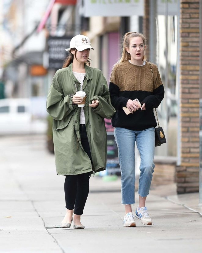 Lana Del Rey – Shopping With Her Friends in Los Angeles