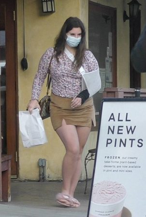 Lana Del Rey - Spotted outside Il Tramezzino in Studio City