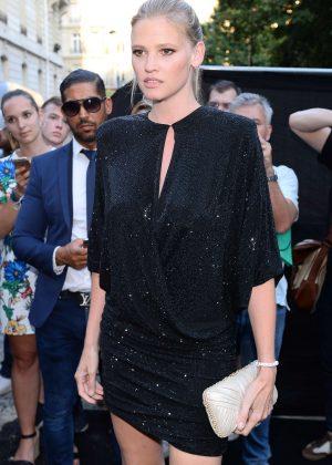 Lara Stone - Arriving at Vogue Dinner Party in Paris