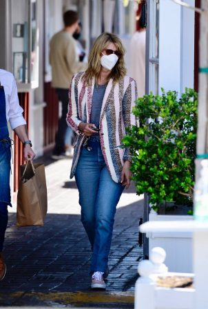 Laura Dern - Picks up lunch from the Brentwood Country Mart