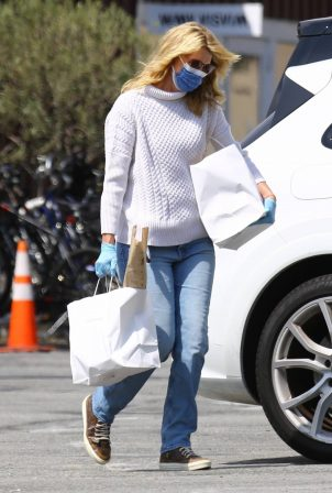 Laura Dern - Seen picking up food in Brentwood