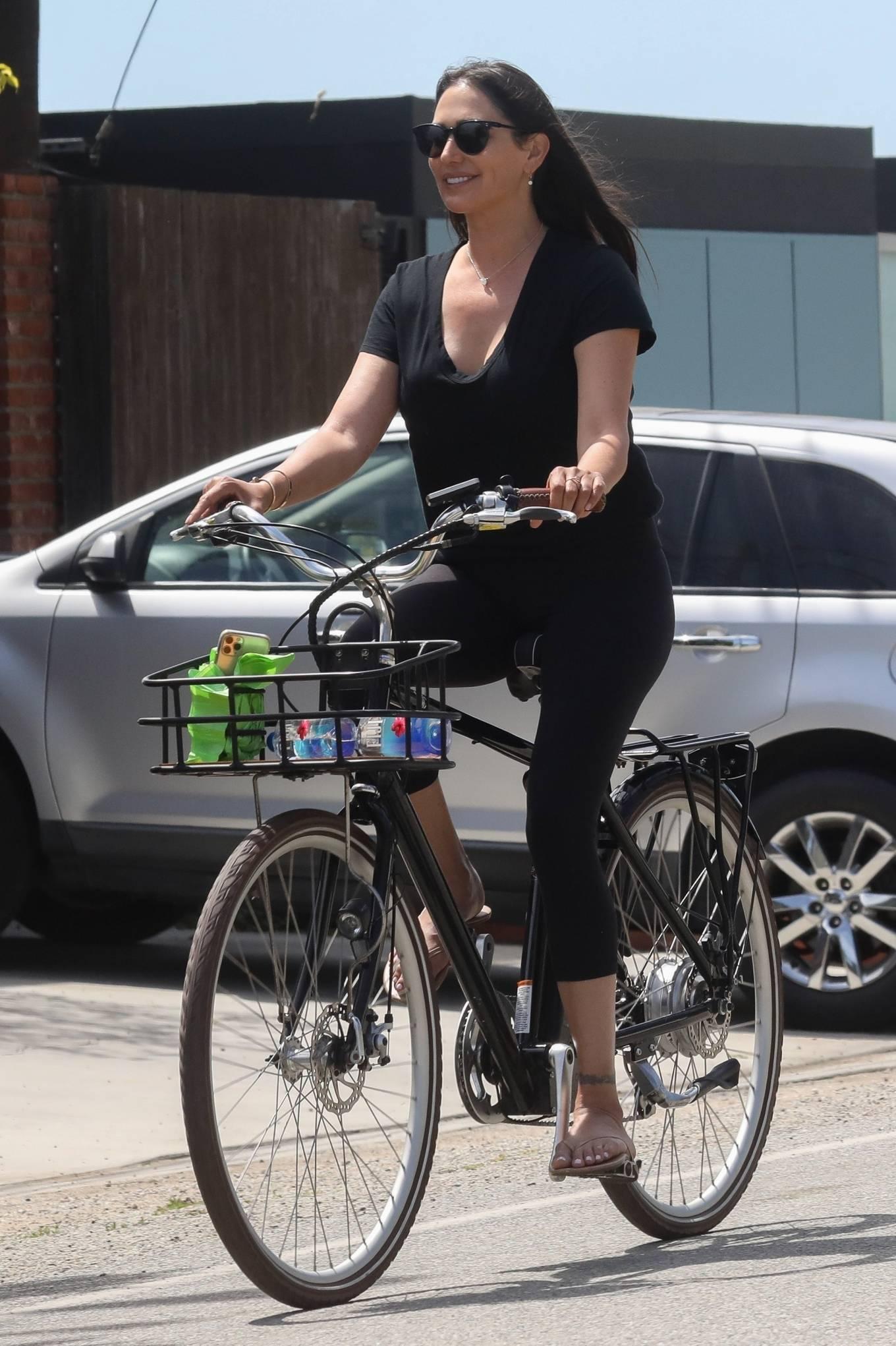 Lauren Silverman - Goes for a bike ride in Malibu