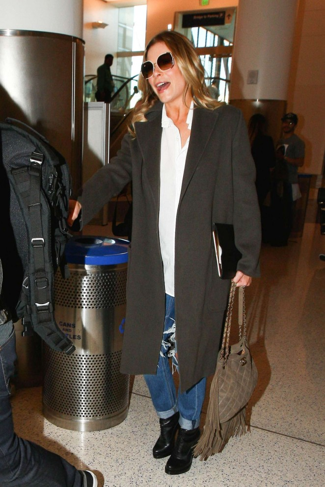LeAnn Rimes in Ripped Jeans at LAX -01