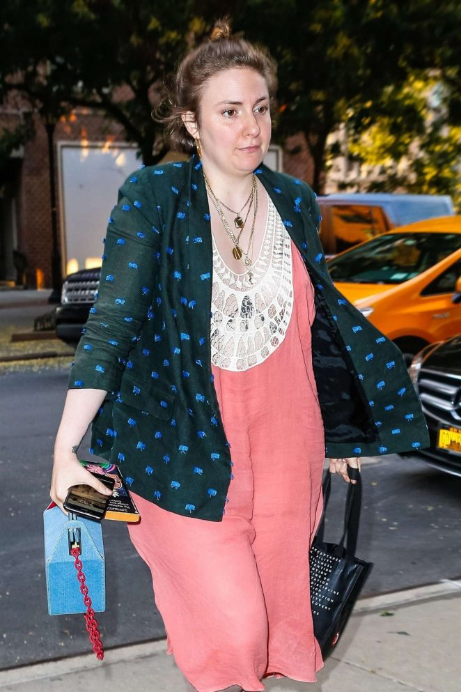 Lena Dunham – Arrives to her hotel in New York City