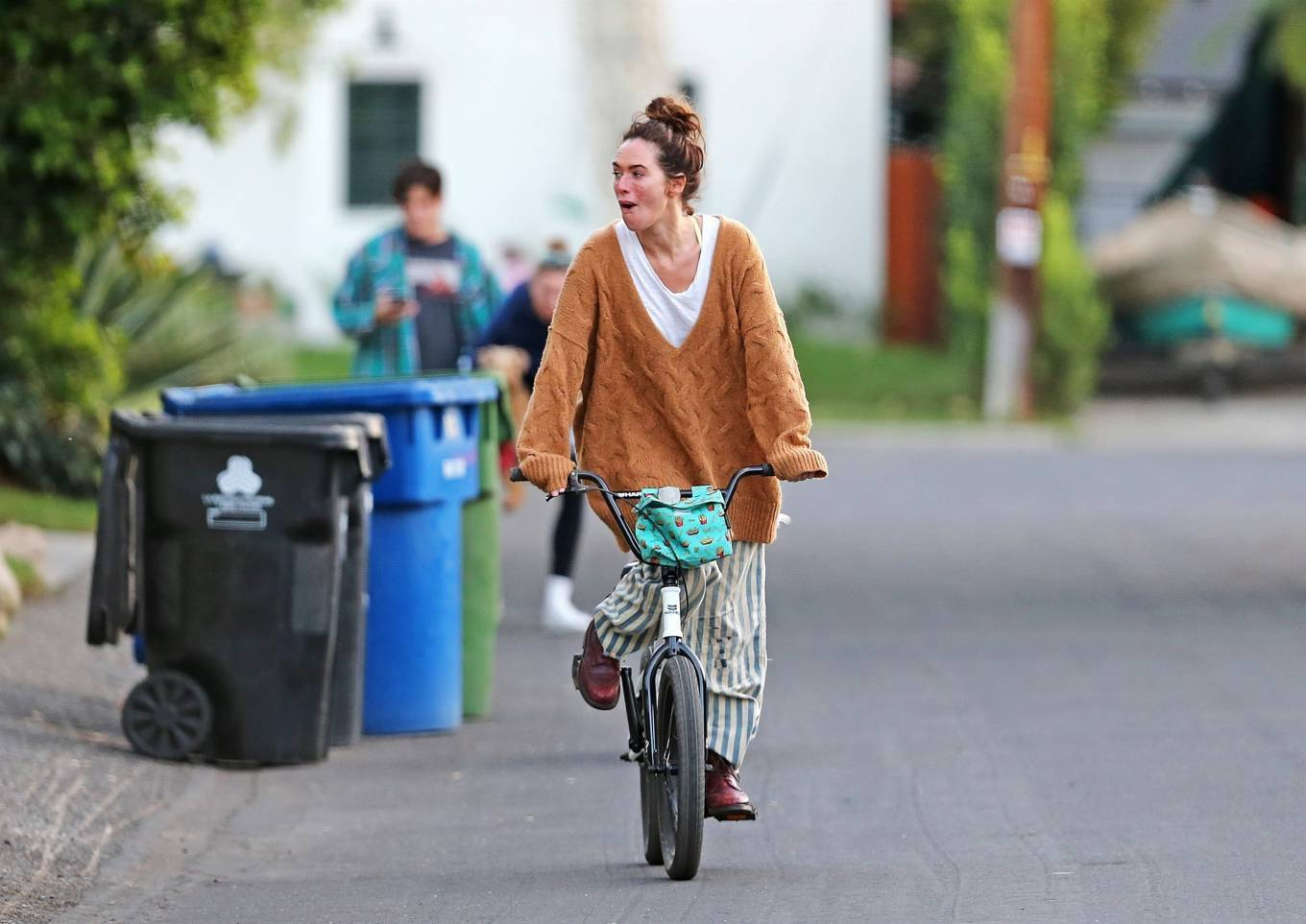 Lena Headey 2020 : Lena Headey – Riding a bicycle in Los Angeles-02