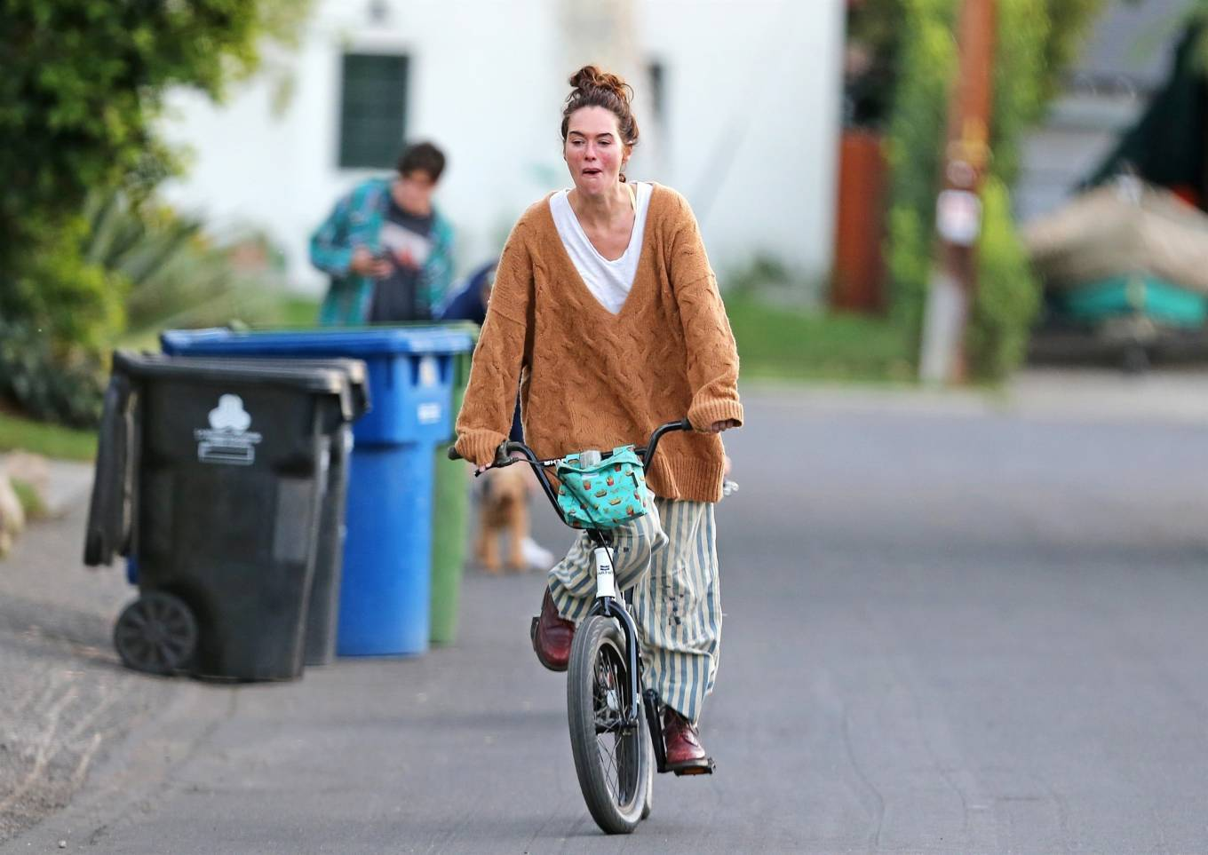 Lena Headey 2020 : Lena Headey – Riding a bicycle in Los Angeles-03