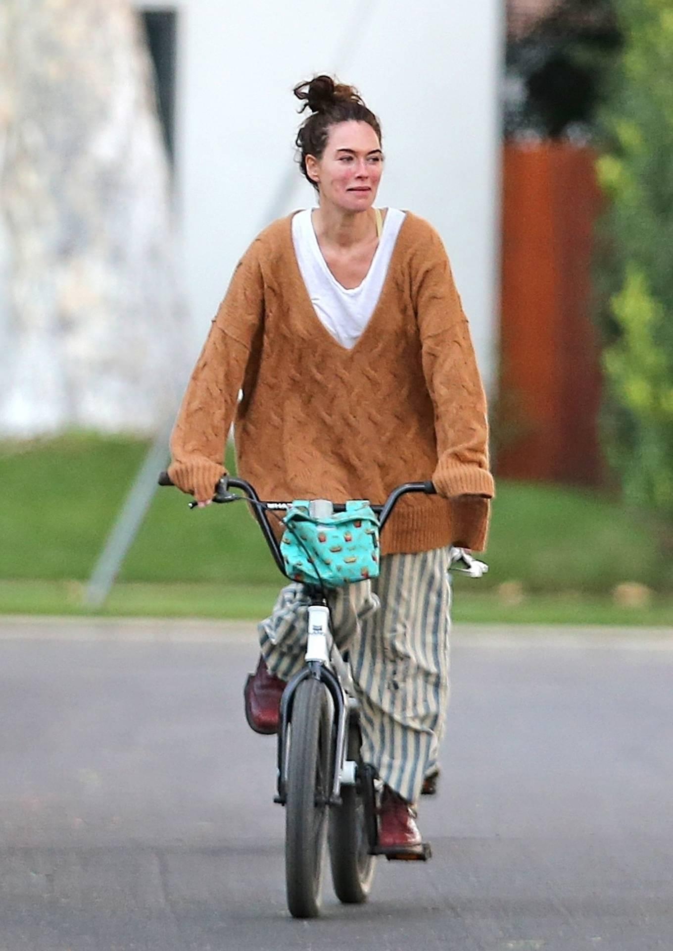 Lena Headey 2020 : Lena Headey – Riding a bicycle in Los Angeles-04