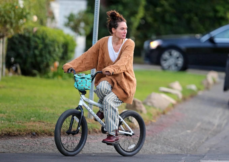 Lena Headey 2020 : Lena Headey – Riding a bicycle in Los Angeles-06