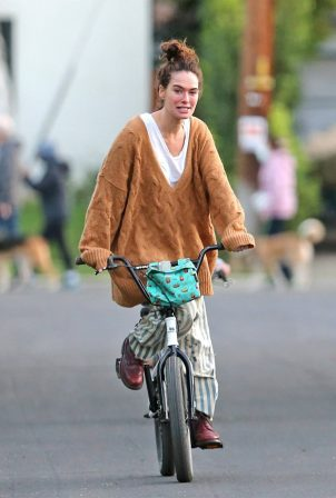 Lena Headey - Riding a bicycle in Los Angeles