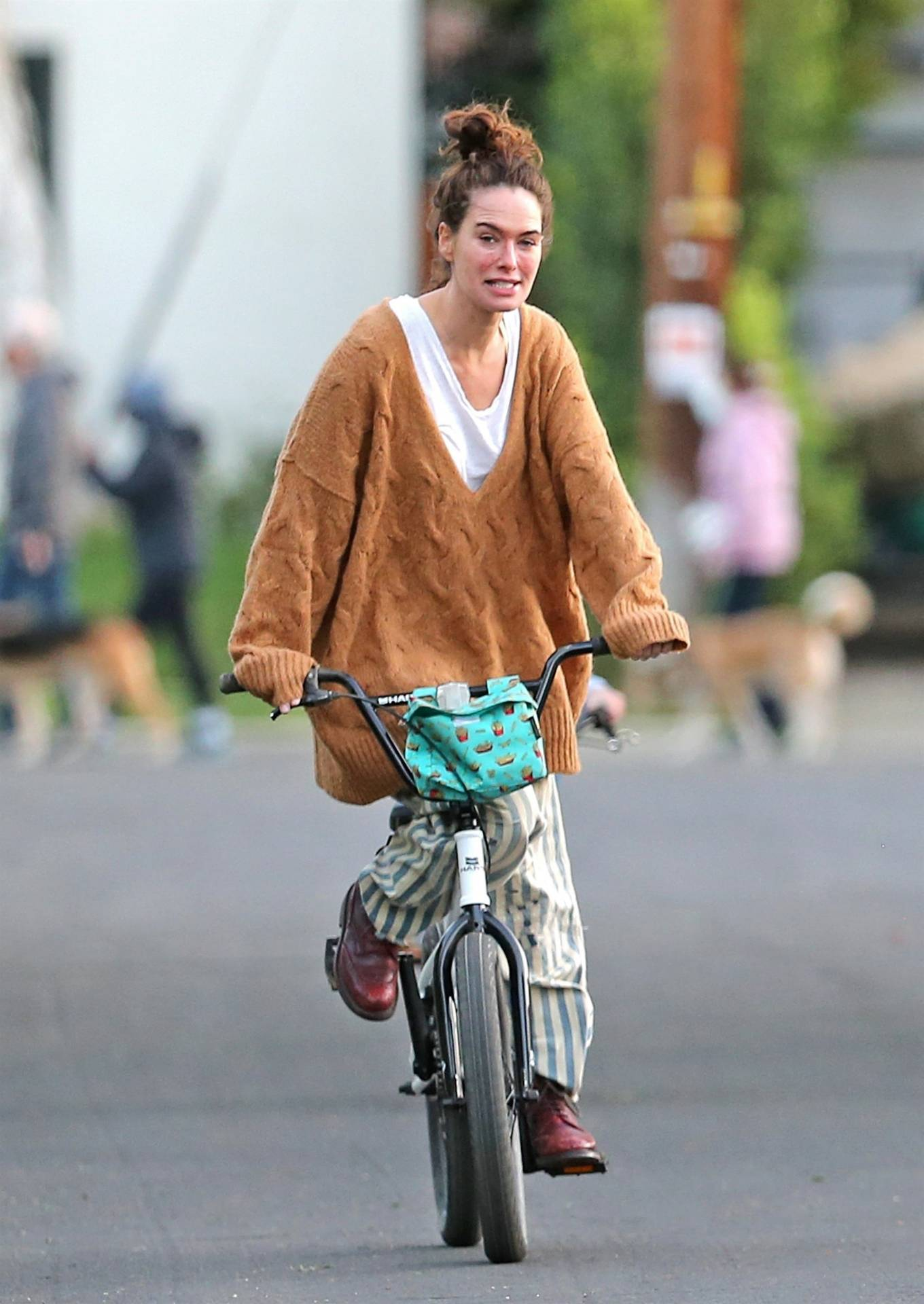 Lena Headey 2020 : Lena Headey – Riding a bicycle in Los Angeles-07