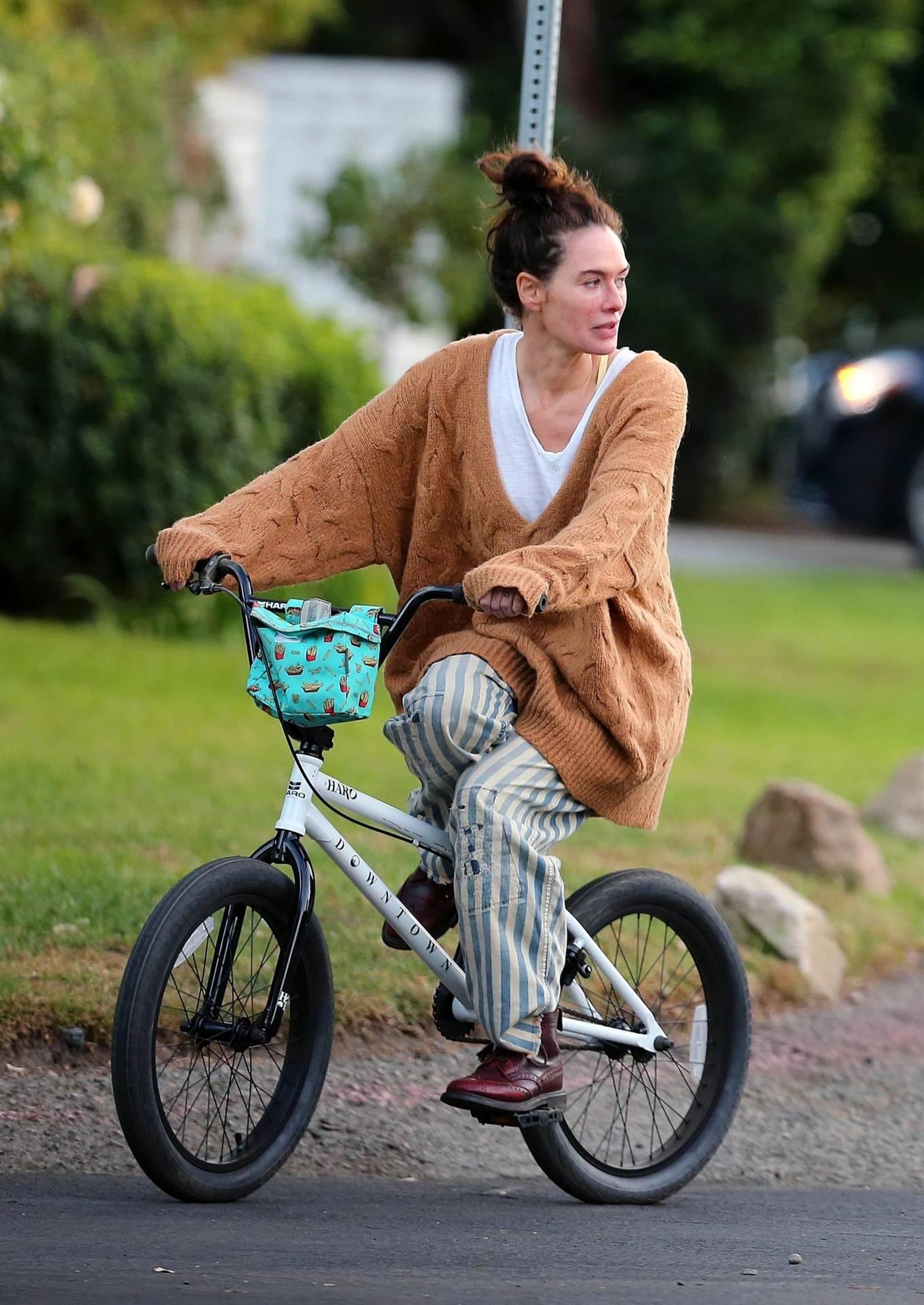 Lena Headey 2020 : Lena Headey – Riding a bicycle in Los Angeles-09