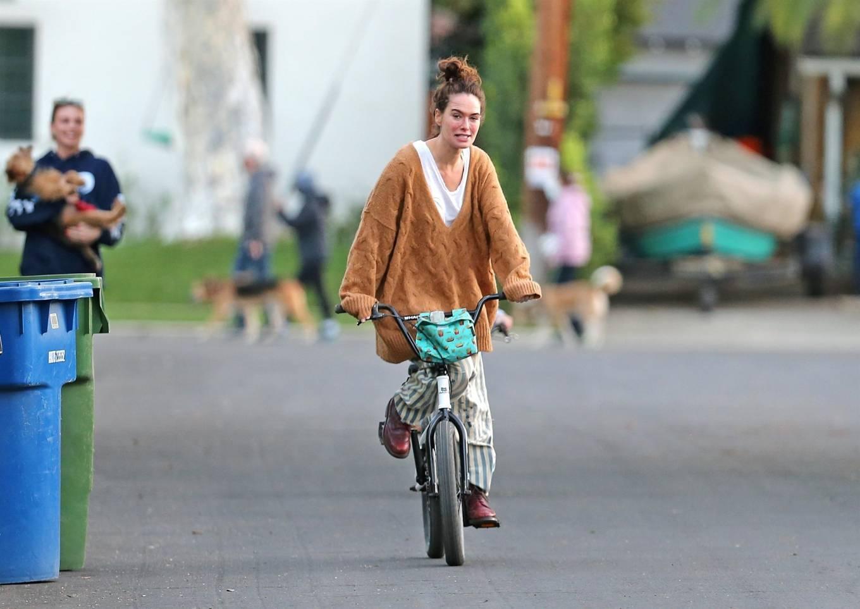 Lena Headey 2020 : Lena Headey – Riding a bicycle in Los Angeles-13