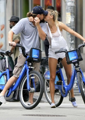 Leonardo DiCaprio & Kelly Rohrbach Get Kissing in NYC