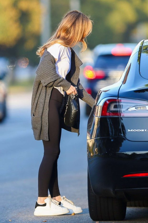 Leslie Mann: Leaving Meche hair salon -14