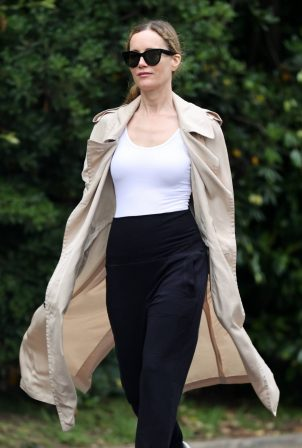 Leslie Mann - Out for a walk in Los Angeles