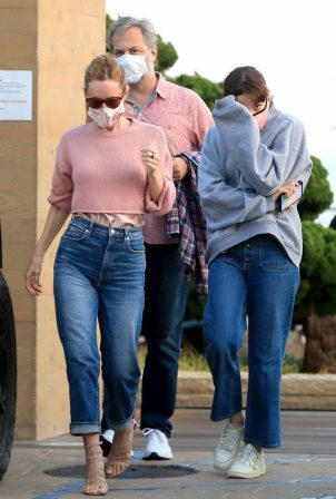 Leslie Mann - Out with her daughter in Malibu