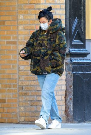 Lily Allen - Stops by a local Manhattan bakery in New York