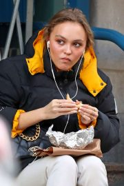 Lily Rose Depp - Grabbing a coffee and a bite to eat in New York